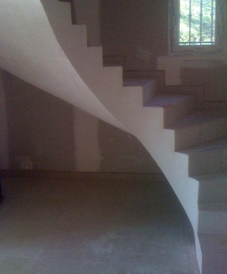 Escalier tournant hélicoïdal en béton, plâtre, carrelage